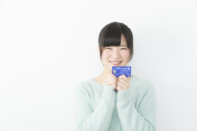 クレジットカード-カードと大学生が笑っている